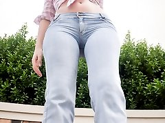 Big Booty Tranny shows off her sexy body in jeans