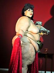 Xxx BBW Cougar Farrah Foxx as Xxx retro model