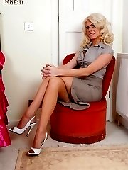 Leggy nyloned Bianca is natural down below, fluffy and blonde!