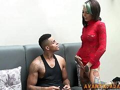 Travesti comendo cu de rapaz novinho