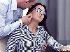 مشغول هوتي مفلس في نظارات شانيل لوكس يحصل بالانزعاج مع الساخنة analfuck
