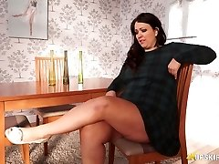 Plumper mature Anna Lynn demonstrating her pussy upskirt