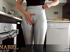 Girl with gigantic cameltoe loosens after cleaning