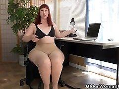 Yankee milf Scarlett spreads her thunder thighs