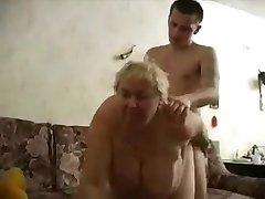 Η γιαγιά fucks κορίτσι