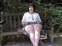 تخلع لباسها الداخلي في الحديقة