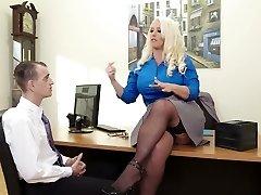رشيق سيدة بوس Alura جنسون مارس الجنس في أحد المبشرين تشكل في المكتب