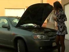 مفلس امرأة سمراء - يحصل الشرج المساعدة من ميكانيكي