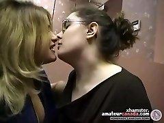 اثنين من السمين السحاقيات الهواة جعل من التقبيل في مكتب