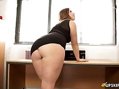 Wild mommy with great whooty Anna Joy flashes her buttocks