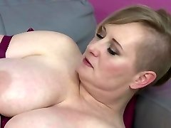 Bigtit mature mother feeding her greedy pussy