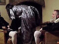 sexy middelalderske kone jasmine jae gir hodet og blir knullet analt