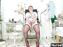 Filthy mature lady fucktoys her wooly pussy with speculum