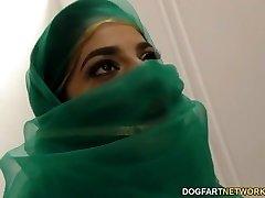 Nadia Ali siyah horoz ile bir gloryhole içinde eğleniyor