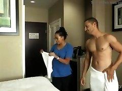 ¡SERVICIO DE CUARTO! La chica que limpia cuartos es seducida por huésped.
