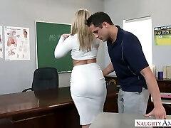 Niezwykle seksowna duża передернул profesor blondynkę zerżnęli bezpośrednio na stole