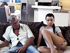 DADDY4K. Mal papa se folla a la novia de su hijo justo