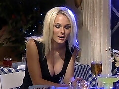 Söt blond knullad i restaurang