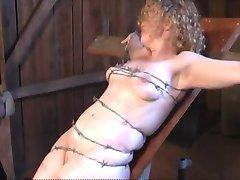 amarrado com arame farpado, esmagamento suave peitos e buceta carne