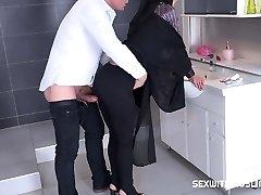 Τσέχικη μουσουλμάνα Σκύλα Freya Dee εξεπλάγη στο μπάνιο.