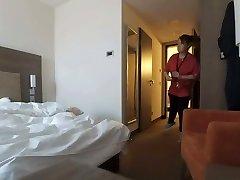fogott meztelenül szobát szobalány