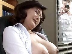 japonski šoli direktor masturbates v pisarni