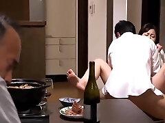 Προμηθευτής Ιαπωνική Milf πηδηχτείς από εκβιαστή μπροστά στον άντρα της