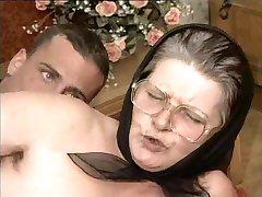 paroase bunica în pahare și eșarfă futut