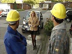 نيكوليت الأزرق ربة منزل مارس الجنس من قبل اثنين من عمال البناء
