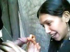 indijski dekleta sesajo njegovega bf kurac v šoli kampusu