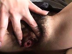 Asiatische Mädchen mit haarigen Fotze masturbiert auf einem WC-Sitz
