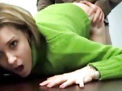 Une secretaire se fait baiser par son patron