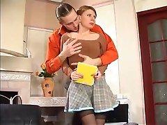 krievu meitene, izdrāzt un beigt uz viņas zeķes