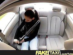 FakeTaxi jauns students, fucks naudas par savu ceļojumu