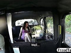 Taksometra vadītājs nozog šīs meitenes naudu un liek viņai atsūkāt viņam off maksāt