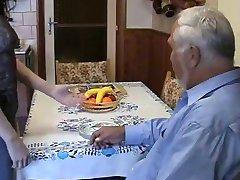Nagyon öreg, kövér ember használja a tinédzserek szobalány, nagyon nehéz