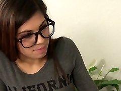petite teen cu ochelari se fute