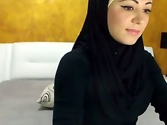 Splendid Arabic Beauty Cums on Camera