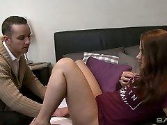 Szex-éhes vörös hajú barátnője Madlin fogták, miközben maszturbál a puncija