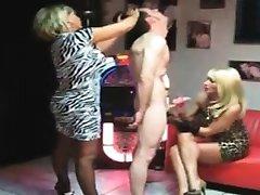Sapık iki mılfs bir köle ile oynuyor