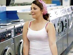 ExxxtraSmall - Petite Teen Çamaşırhane Becerdin