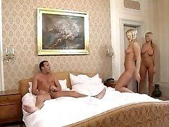 FFM avec deux hot-corsé, blondes