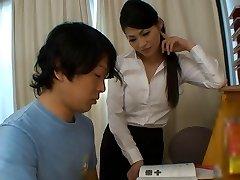 kız çalışmaları için sıcak öğretmenden yardım alır bebeğim