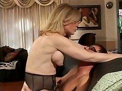 Blonde MILF sloksnes pusaudžu dude, kas sūkā viņas grūti sprauslas