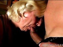 Chunky blonde mature est une super baise chaude et aime des soins du visage
