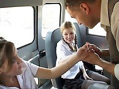Skolniece darbībā ar autobusu