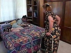 Nobriedis brunete izdabā karstā orālo seksu