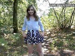 는 18 세 사춘기가 그녀의 첫 번째 포르노 캐스팅