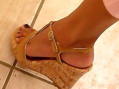 सही पैर और पैरों weedge ऊँची एड़ी के जूते