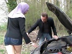 Sarah AbdelKhader suce stepson mec dans la voiture Beurette Trip